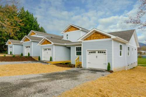 103-bridge-st-black-mountain-small-001-front-of-townhomes-666x443-72dpi